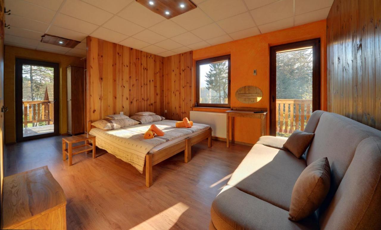 Pokój z dwoma balkonami i widokiem na góry